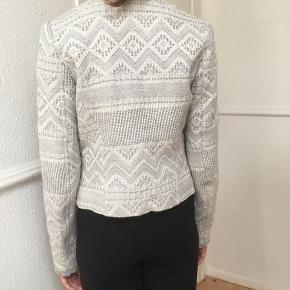 Flot klassisk jakke fra Zara str. S sælges.🌿Se også mine andre spændende annoncer,🌸 Ved køb for min. 100 kr via TS er portoen gratis i efterårsferien 🤗