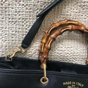 Selger min mega flotte sorte bamboo shopper leather tote fra Gucci. Den har en lille slitasje skade på nedre venstre hjørne, og en makeup plet innvendig. Ellers er den helt fin og nesten ikke brugt. Kommer med shoulder strap og aut kort.  NP cirka 16000 DK
