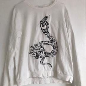 Sweatshirt fra Monki med slange broderi:)