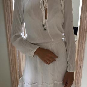 Sælger denne fine kjole fra Forever 21, købt i USA. Der er underkjole i 'nederdelen', så den er ikke gennemsigtig. Den er kun brugt en gang, så fremstår som ny🌸   Er åben for bud🌸