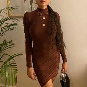 Super fin slinky kjole. Str. S. Har en mindre plet på brystet som muligvis kan fjernes. Ellers så er den så god som ny.  Find os på Instagram @samcamsellout