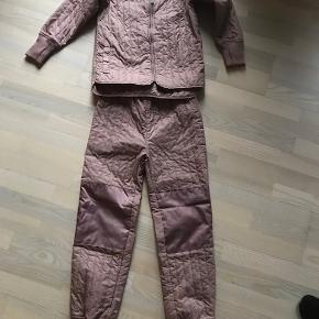 Jeg har købt det her på siden, hvor der stod, at jakken skulle være ny, og bukser var brugt 2 gange.. Vi har ikke brugt dem , for det var for lille, og derfor sælger vi det videre. Har selv givet 300 dkr plus porto. ( Der står navn, og tlf. nummer i jakken)