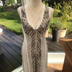 Super flot kjole afmærket Haymann. Kjolen er brugt og vasket en enkelt gang. Ny pris kr 2499,-.