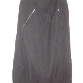 Varetype: Behagelig og skøn nederdel i hør og bomuld fra Masai Størrelse: XL+ Farve: Sort Oprindelig købspris: 749 kr.  Dejlig sval og afslappet, sort nederdel fra Masai i hør og bomuld str. XL plus. Høj talje med bred smock-elastik bagpå, skrålommer med lynlåse, behagelig vidde, der er samlet let forneden. Længde 75 cm. Brugt, men i god stand. BYTTER IKKE!!
