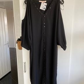 Meget fin kjole fra My little curvy love i str Small (stor i str) - helt ny og ubrugt, kom for sent med at sende den tilbage...   nypris 1999 kr
