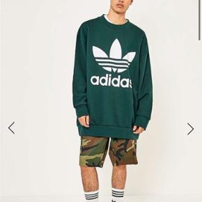 adidas Adicolor Oversized Green Night Crewneck Sweatshirt. Størrelse medium.  Kun meget lidt brugt, da den er meget oversized til mig ( kvinde 164cm) Men vil sige den er cool til både mænd og kvinder.
