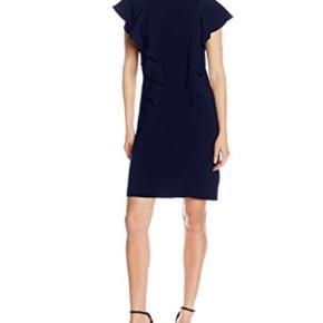 Varetype: Kjole Farve: Blå,Mørkeblå Prisen angivet er inklusiv forsendelse.  Super flot kjole i mørkeblå.  Kun brugt én gang og er helt som ny.