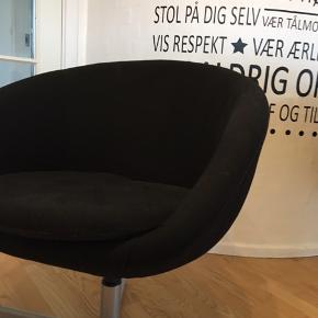 Lækker kontor/lænestol fra IKEA! Kan dreje rundt og har behagelig pude at sidde på :)