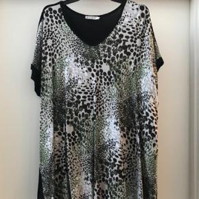 Varetype: Jersey T-shirt / bluse  Størrelse: M ( 46-48 ) Farve: Multi Oprindelig købspris: 449 kr.  Smart T -shirt / bluse .. printet foran og ensfarvet sort bagpå .  V - hals  1/2 bryst 65 cm , længde ca 70 cm