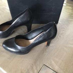 Et par super skønne sko med puder under forfoden så de er behagelige at have på. De er brugt få gange da jeg desværre har en fod der driller