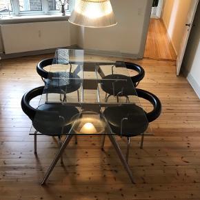 Smukt Fritz Hansen bord i stål med glasplade. Designet af arkitekt Todd Bracher.  Nypris 55.000 Står opmagasineret i Kolding. Mål: B100cm L200cm Pris kan forhandles ved hurtig handel