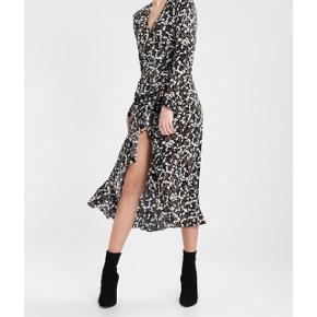 Sælger denne Envii slå om kjole. Brugt en enkelt gang og derfor som ny.
