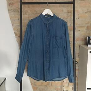 Super blød denim skjorte i str. M. NP 500,-