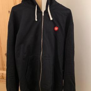 Wood Wood Dan Zip Hoodie str. XL i sort med rødt logo.  Brugt 1-2 gange. Så er som ny.  Nypris 1200 kr.