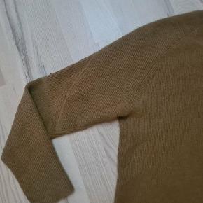 Super blød strik fra American vintage, med army-like detalje på skulder/overarm. 70% angora. Minimale brugsspor - se sidste billede.