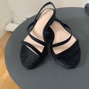 Søde, behagelige sandaler med lille hæl og stropper 🌸