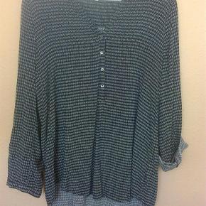 Varetype: bluse tunika skjorte Farve: blå Oprindelig købspris: 350 kr.  Ny skjorte fra Esprit med fint print.  knapper halvvejs ned foran  Vasket 1 gang. ikke brugt.   Bryst 50 x 2 cm.  Længde bag 70 cm.  100 % viscose.   Sendes med DAO med mindre andet aftales.