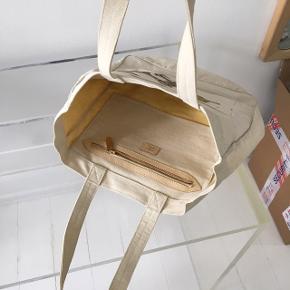 Love Tote bag, mulepose. Mærke lavet med Perler. Unik taske i god stand.   Kvittering haves ikke.