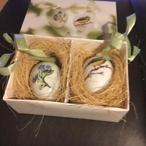 Royal Copenhagen  2 stk æg i original æske med rede og bånd - samler objekt - samler objekt  2009 FORGLEM MIG EJ /MUSVIT (1249 777) Mål 6 cm  Sender + Porto #30daysselout
