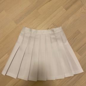 Hvid nederdel fra American appeal i størrelse small. Nederdelen har aldrig været brugt, da jeg desværre købte den i forkert størrelse.   Bud er velkomne.