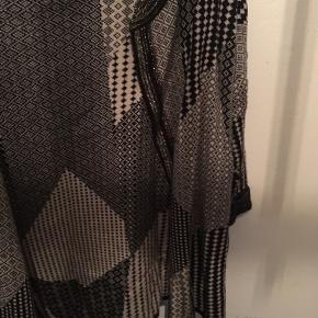 Åben cardigan fra Skovhuus - i sort med guld tråd. Er Small men kan sagtens passe af medium. 50/50 bomuld og akryl