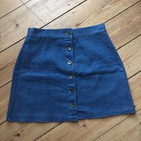 Rude denim nederdel.   Brugt en enkelt gang.  Lidt lille i størrelsen. Måler ca 75,5 cm i taljen (hele vejen rundt - indvendig mål)  Længde: ca 43 cm Materiale: 95% bomuld, 5% elastan