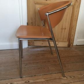 4 x flotte stole i krom og cognacfarvet læder fra Ilva.  Stolene har mindre brugstegn, men er stadigvæk rigtig, rigtig fine. Stolene sælges samlet.  Kan afhentes i Aarhus C. Np: 999 kr. pr. stol Mp: 350 kr. pr. stol