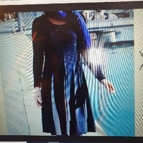 Virkelig smuk og klædelig kjole fra Emilla Lay, der forhandles af Peter Hahn, et tysk firma, der forhandler tøj af høj kvalitet - med deraf følgende høje priser. Kvalitet og pris følges sædvanligvis ad!! Kjolen har flot halsudskæring, lange ærmer og god vidde i nederdelen, der falder virkelig flot. Den måler over brystet 118 cm og har en flot længde på 110 cm. Den har flotte stikninger, der tangerer læg, der giver den flotte vidde i nederdelen. Fremstillet i tungtfaldende viskose med stræk. Brugt få gange og fremstår i meget flot stand. BYTTER IKKE!
