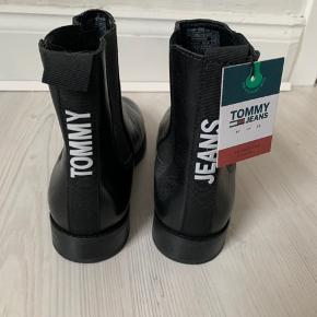 Tommy Hilfiger støvler. De er kun blevet prøvet en enkel gang, men er desværre for store.