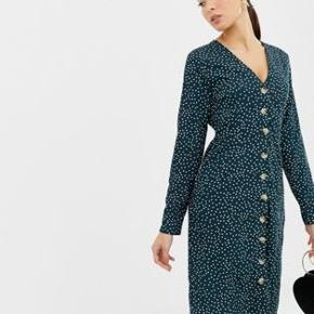 Fin midi kjole fra Boohoo med prikker og knapper i midten. Brugt én enkelt aften og skal bare have ryddet ud i min garderobe.