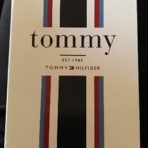 Helt nye Tommy Hilfiger edt 200 ml. Er ægte og købt i dansk butik. NP 399 kr. NU 180 kr. Se på billederne for mere information.