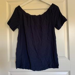 Fin bluse der kan tages ned over skuldrene.