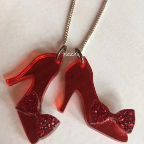 Smykke m. Dorothys røde sko fra Troldmanden fra Oz (mærket Tatty Devine). Har kun ligget i æsken.  Kan sendes med DAO 👠⭐️