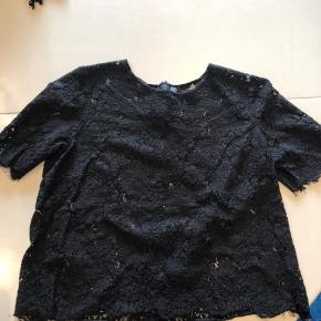 Super fin blonde t-shirt med lynlås i nakken. Har tilsvarende i hvid til salg. Giver gerne rabat hvis man køber samlet :)