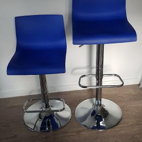 To barstole fra ILVA i mærket Cairo.  Blå sæde og krom ben, kan justeres i højden som vist på billede to fra 56-75 cm.  Kun 150 kr. Stykket