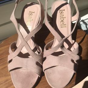 Skønne sandaler i nude/ lys rosa ruskind fra ISABELL. Hæl 7 cm, plateau 1 cm. Brugt 1 gang, men desværre købt for små. Bytter ikke!