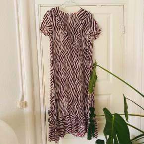 Custommade Brith Dress 🌺  Smuk og let kjole i 100% silke med flæser. Der medfølger et bånd til taljen 🌺