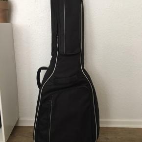 Fin guitartaske fra 4sound. Brug nogle gange, men uden skader/synlige tegn på brug. Tasken sendes ikke.
