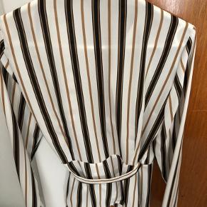 Slå om skjorte fra Gina Tricot. Brugt 2-3 gange. Fejler intet.