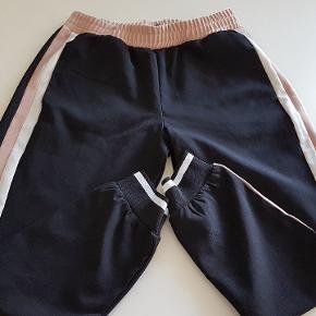 Fine tracksuit bukser fra Zara i viskose/polyester blend med lommer.  Skridtlængde: 66cm Fuld længde: 93cm Talje: 80cm uden at trække i elastikken
