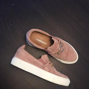 Jeg sælger disse super fine sko i rosa ruskind. Skoen er kun brugt en enkelt gang, og står derfor i super god stand.  De er perfekte her til forårsvejret og er simpelthen også en super sød sommersko☀️  Skriv endelig for mere info og BYD endelig!  Nypris 800kr. Kvittering medfølger, stadig over et års garanti.   - Afhentes i Aarhus C - Sender også gerne forsikret via DAO, selvfølgelig i en skoæske.