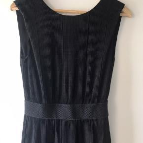 Smuk kjole. Der er stræk i stoffet, passer derfor en xs - lille m. Måler fra skulder og ned 110 cm. Fra ikke-ryger-hjem. Sender gerne med dao. Bytter ikke.
