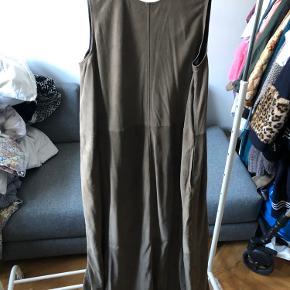 Mdk kollektions prøve kjole Købt på Lagersalg for 400,- Smuk kjole ellers kan man bruge skindet til noget  andet - der er meget af det.