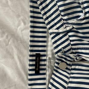 Bukserne er små i størrelsen! Ville beskrive dem mere som 34💌  Flotte sommer bukser, med striber fra Massimo Dutti.   De er købt her over trendsales, og var desværre for små... Jeg er 177 cm høj og de stumpede på mig:)   Byd gerne