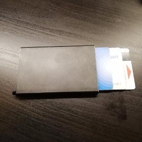 Helt ny aldrig brugt meget smart kortholder. sat ned fra 100 til 80.  køber betaler fragt.