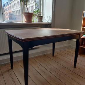 Spisebord i flot men slidt stand. Bordpladen er ikke behandlet. Ben malet sorte. Kan afhentes på Nørrebro :)