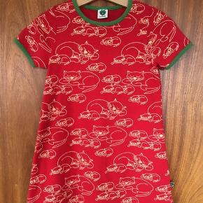 Sød rød kjole i blød bomuld med katte på.