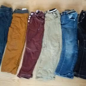 Bløde jeans i str. 110-116. I god stand uden pletter og huller. Nr. 2 er solgt.