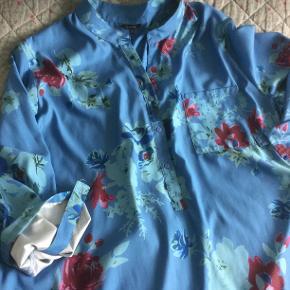 Frisk - meget let - glat stof flot skjorte i str. XXL mærket Floryday brugt få gange..