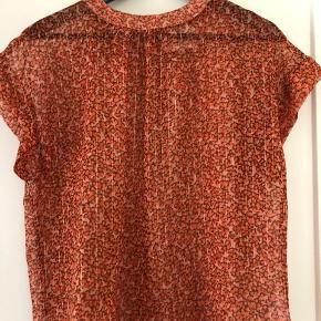 Fin skjortebluse med lukning i nakken fra Lollys Laundry🌸 Irange med Rosa baggrund, fine guldstriber🌸